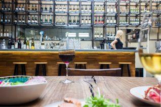 choose wine in a restaurant